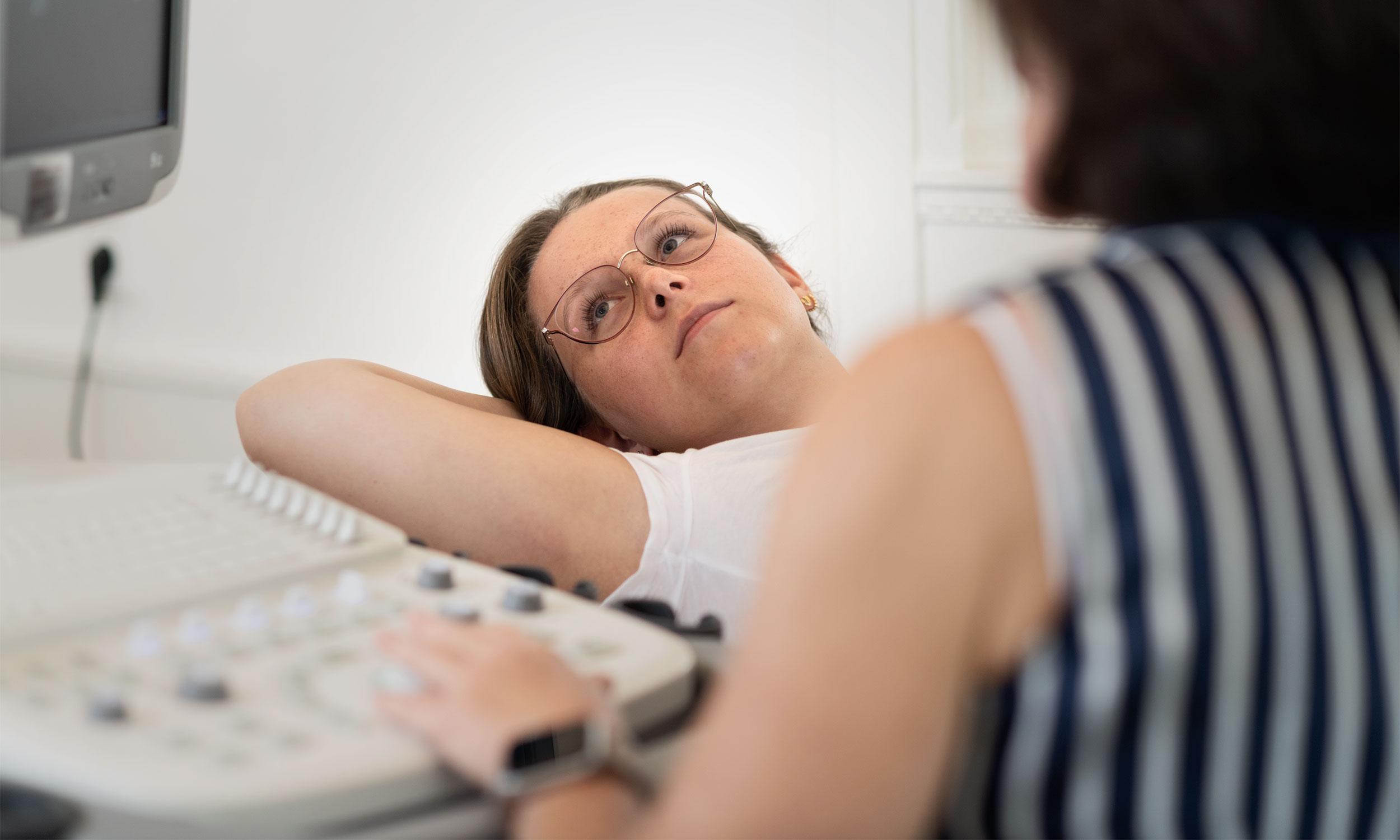 Urologie Frauen Ultraschalluntersuchung der Urologin Solingen bei einer Patientin